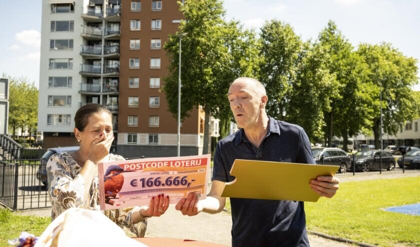 Eric en Babs uit Rotterdam ontvangen een cheque van 166.666 euro.