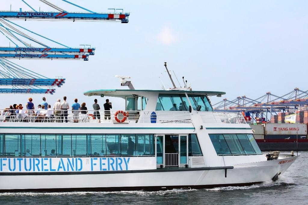 Dagelijks vaart de FutureLand Ferry door de nieuwste havens van Maasvlakte 2. Foto:  © DPG Media