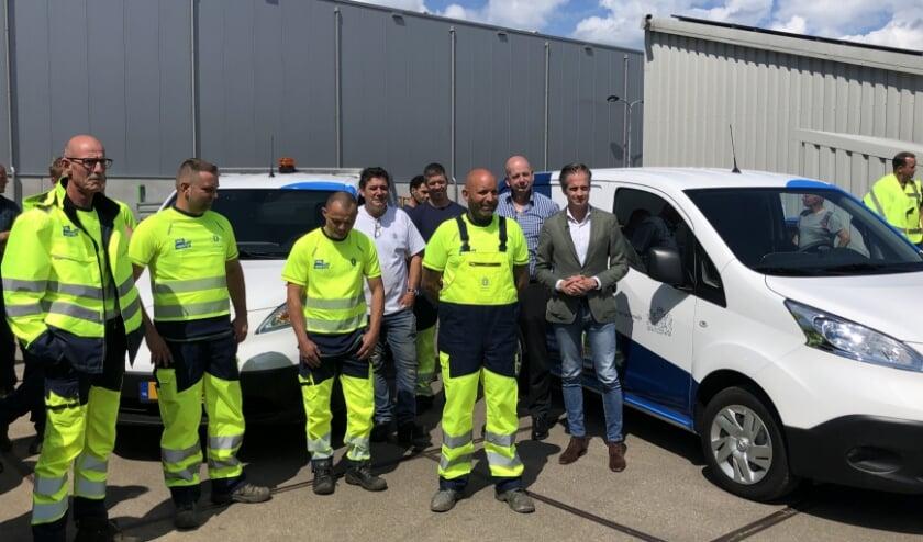 Het team van Snel Herstel in de nieuwe outfit met wethouder Jeroen de Jong naast de eveneens nieuwe auto.