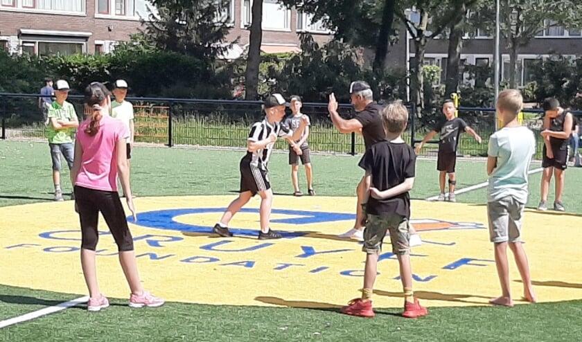 Op het Johan Cruyff Court konden de kinderen zich onder deskundige leiding al uitleven tijdens een clinic kickboksen. De clinic trok veel belangstelling. (Foto: Pulse)
