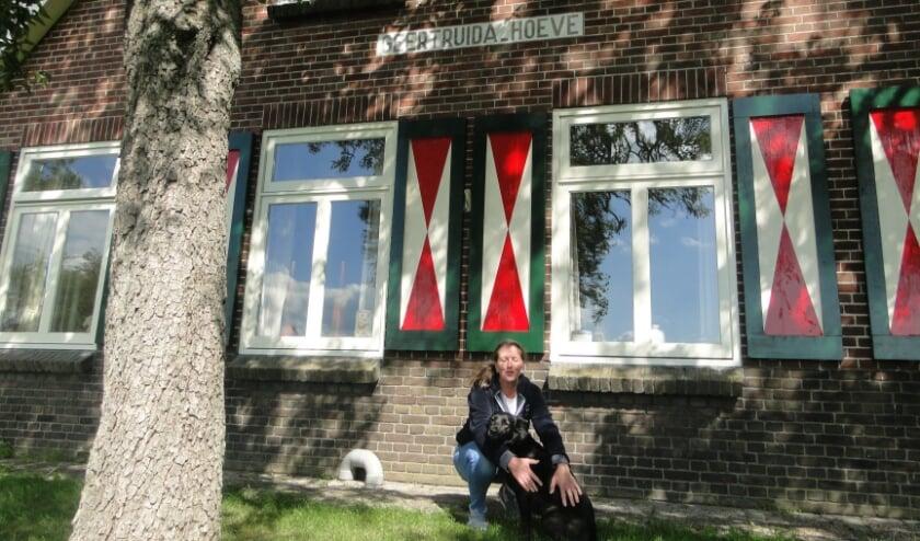 Nora Velu met haar hond voor de bed and breakfast Geertruidahoeve in Haarle. (Foto: Leo Polhuijs)