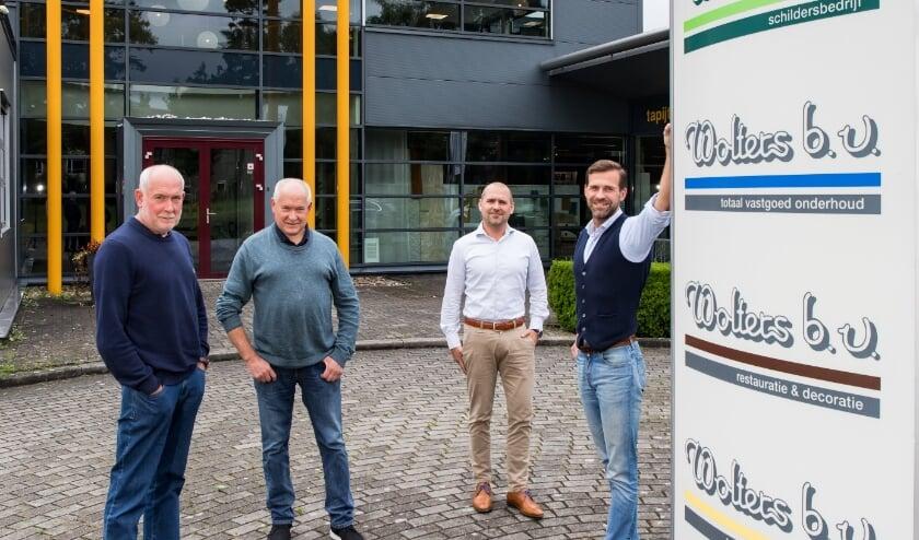 Tweeling Cornelis Elskamp (links) en Johan Elskamp (2e van links) samen met de broers Gert-Jan Wolters (2e van rechts) en Hans Wolters (rechts) voor het bedrijfspand.