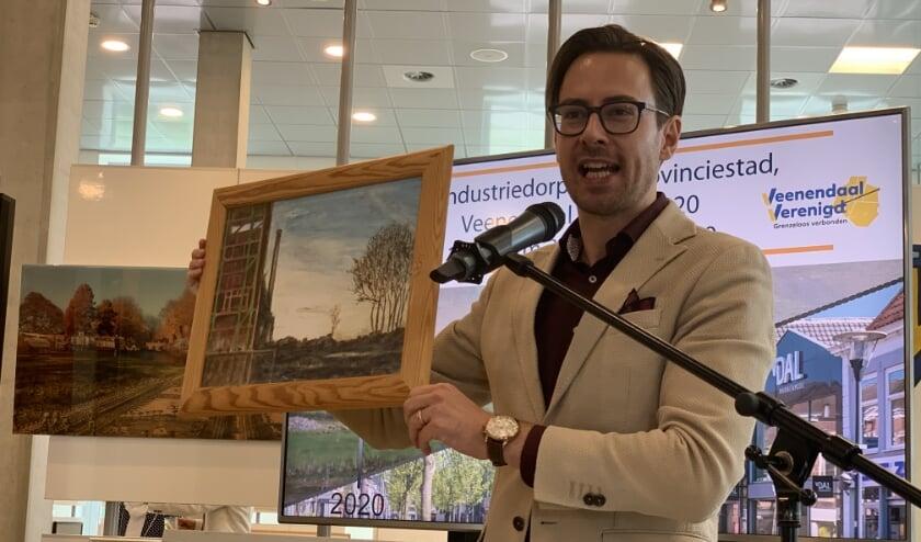 Wethouder Dylan Lochtenberg opende de tentoonstelling en gaf meteen een schilderij als nieuw collectiestuk (foto:  Jocelyn Readett)