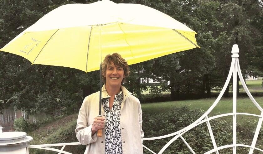 Dominee Anne Verbaan trotseert de motregen om haar zomerboodschap te kunnen vertellen.
