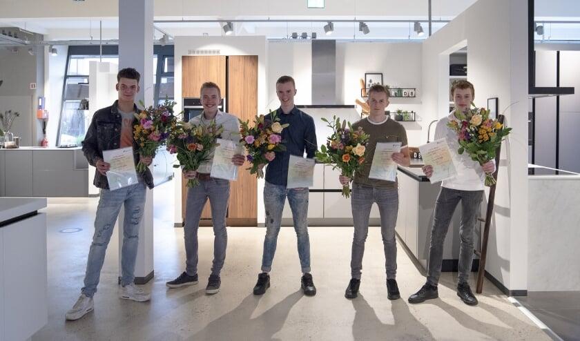 De eerste vijf monteurs zijn geslaagd voor de erkende mbo-opleiding tot keukenmonteur. (Foto: DB Keukens)