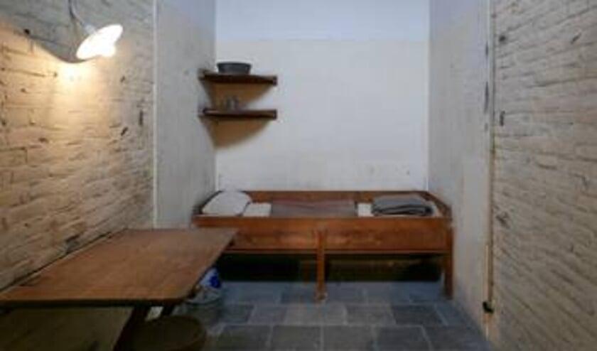 Doodencel 601, met rechts van het bed het witte, overgeplamuurde stuk muur.