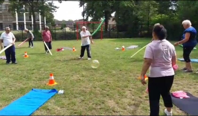Deelnemers van V.A.S. De IJsselstreek zijn bezig met een balspel op afstand op het terrein bij het Liemers College. (foto: PR)