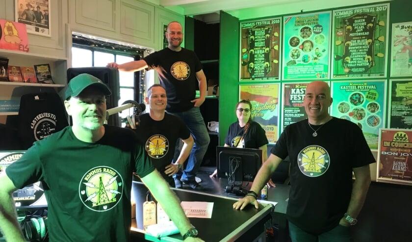 Een aantal vrijwilligers van KommuS, dat zeer verheugd is met het idee dat ze voortaan 'on air' te horen (en soms te zien) zijn. (Foto Martina Roovers).