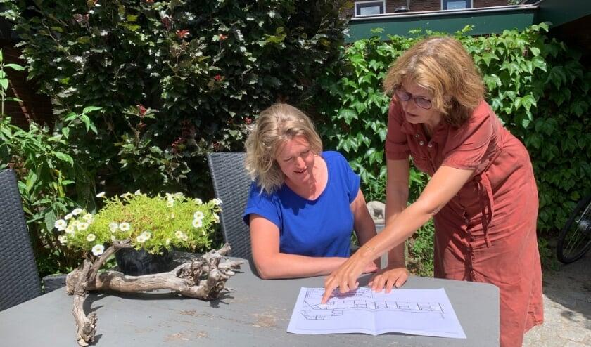 Dunja van Kleef (links) en Mirjam Bijlenga bezig met de indeling van het Logeerhuis. Foto: Angelique Spijkstra