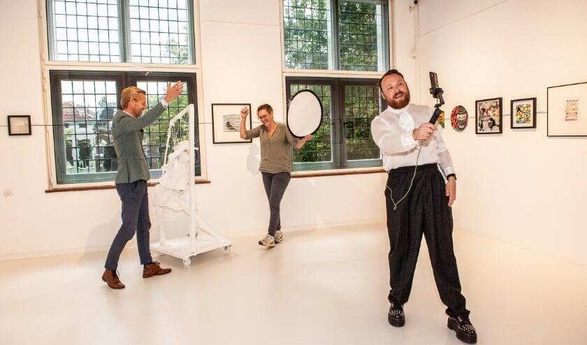 """Museumdirecteur Marc de Beyer onthult samen met beeldend kunstenaar Suzan Schuttelaar de """"Verderkijker"""". Foto: Sandra Zeilstra"""
