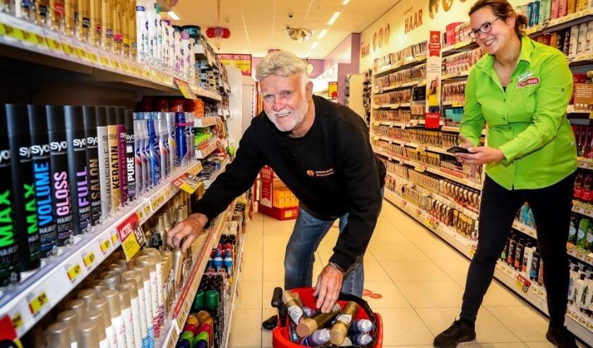 Dick Kusters van Voedselbank Tiel winkelt één minuut gratis tijdens feestelijke opening van Kruidvat Tiel.