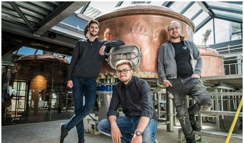 Peter Garai en Tristan Tange brouwden in samenwerking met Jens van Stee (rechts op de foto) een speciaal bier met zeewier. FOTO: Claudia de Wit HZ fotografie
