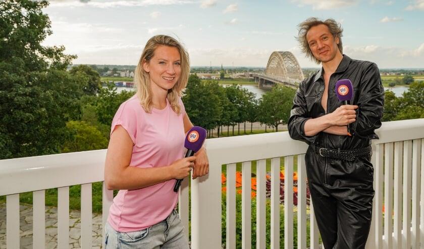 Presentatrice Esther Stegeman met Sven Ratzke. (Foto: Jan Willem de Venster)