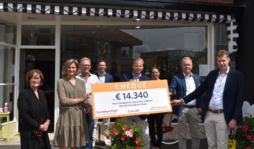 De cheque is overhandigd aan de oprichters van het inlooppunt De Open Deur, Gerdien Koedijk en Marijanne Agteres. (Foto: Otten & Flim)