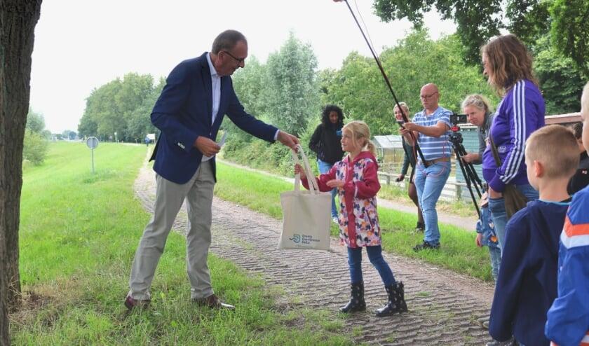 Waterschapsbestuurder Breun Breunissen trapte de speurtocht af door het eerste speurtasje te overhandigen.