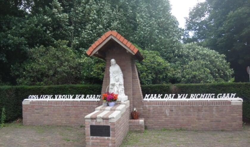 De eenvoudige wegkapel Onze Lieve Vrouw ter Baan aan de ingang van het Leijpark.