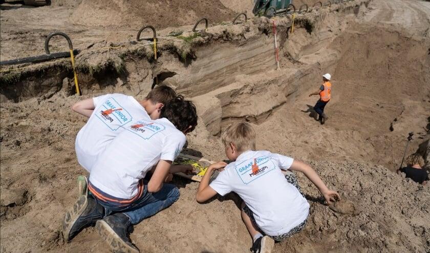 Graaf Junior-leden tijdens een bezoek aan een lokale opgraving. Foto: Museum Hoge Woerd