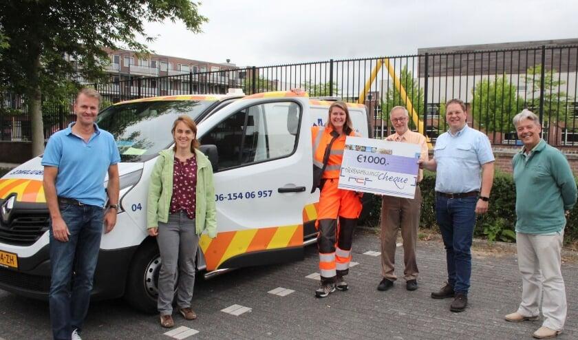 Net voor ze zaterdagochtend vroeg op pad moet, kan Wendy Otter de cheque van 1000 euro van het RCF overhandigen aan Ben van Maurik en Ko Schoenmakers. (Foto: Lysette Verwegen)