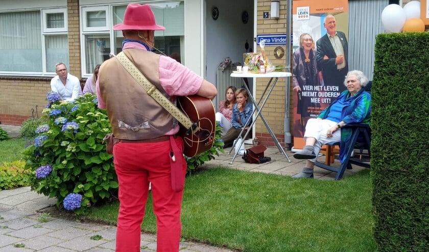 Mevrouw van der Linden heeft genoten van het optreden van troubadour Rob Krot. (Foto: Stichting Vier het Leven)
