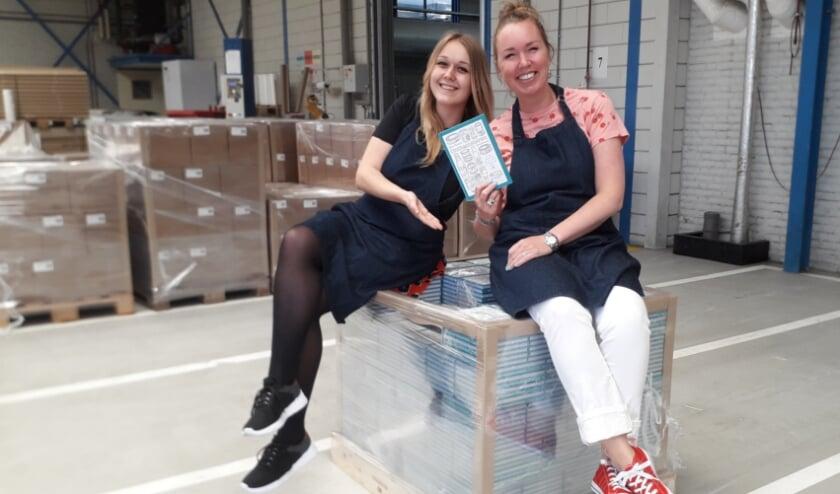 Emma Zuidam (23, links) en vriendin Bianca Krijnen-Splint (38) hebben het 'Grote' Onthamsteren Kookboek geschreven. Foto: eigen beeld
