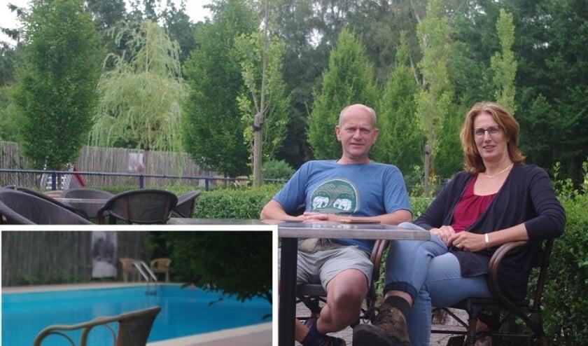 Manon en Rik beleven dit jaar hun derde seizoen als campingeigenaren. Inzet: eendjes laten zien of er nog ruimte is in het zwembad.