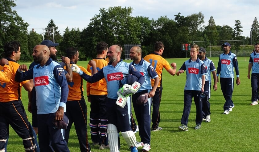 De gebruikelijke ceremonie protocollaire na een cricketwedstrijd: Bloemendaal wint en Hermes DVS feliciteert. (foto: DPG/gsv)