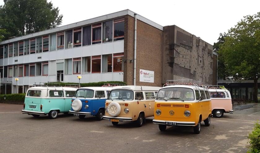 'Diploma-busjes' voor het schoolgebouw.
