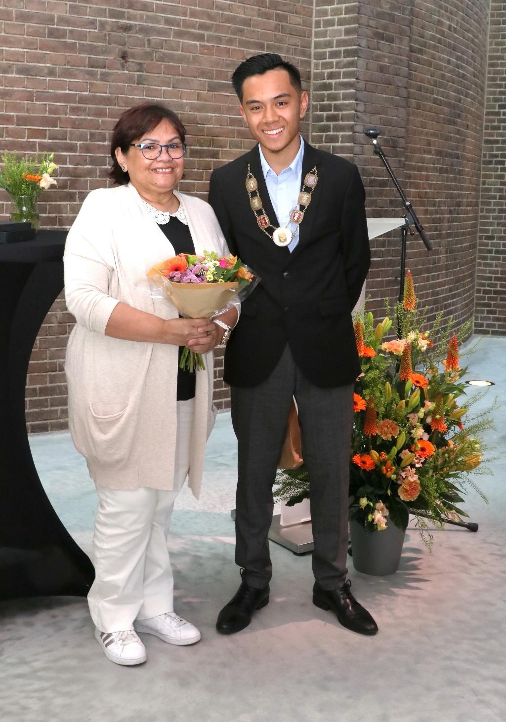 De nieuwe jeugdburgemeester Noël Silalahi met zijn trotse moeder.