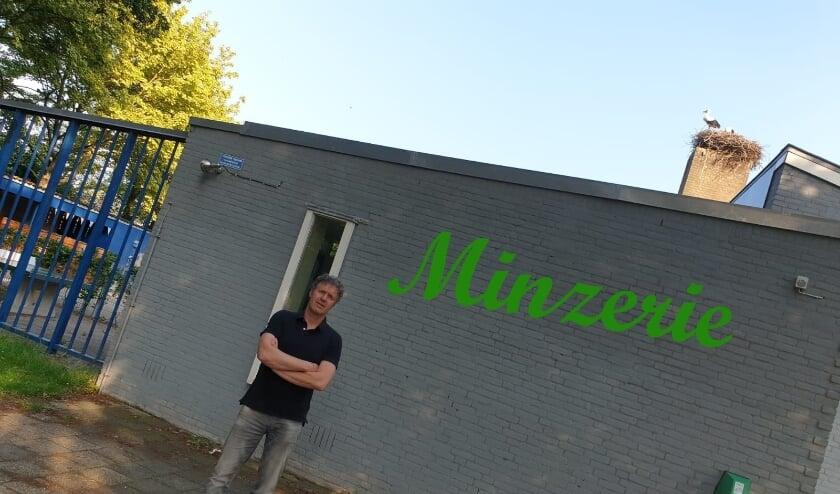 Louis van Oort, schrijver van deze aflevering, bij de voormalige basisschool De Minzerie in Enspijk.