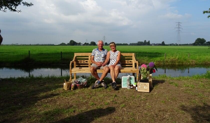 Mieke en Fausto op het bankje. Een cadeau van Fausto aan Mieke, maar ook aan alle bewoners van Varik en Heesselt.