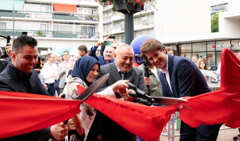 De officiële openingshandeling, het symbolisch doorknippen van het toegangslint, werd uitgevoerd door Pieter Polman (Managing Director Wereldhave Nederland) en Fatih Mert (eigenaar Mert Markt).