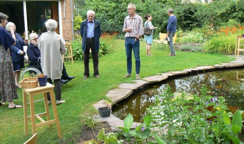 Er was over de middag verdeeld, veel belangstelling voor de Open Tuin. Foto: Wilma Stofmeel.