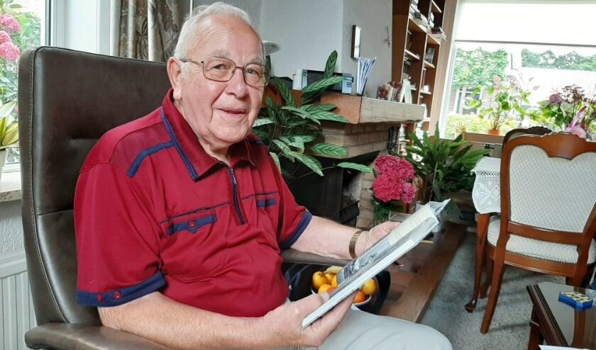 Karel van der Weijden duikt graag in de geschiedenis van Veenendaal. Vooral over de vliegtuigcrashes weet hij veel. Hij was getuige van het neerkomen van de Junkers-52 op 10 mei 1940. (Foto: Martin Brink/Rijnpost)