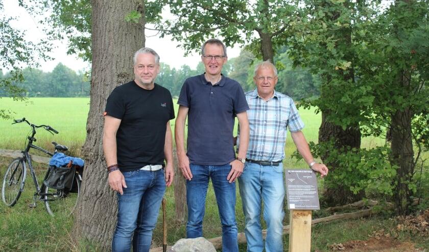 Herman Schoenmaker, Bert Nijkamp en Gerrit Maathuis bij de grenssteen. (eigen foto)