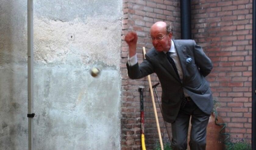 Geconcentreerd gooit burgemeester Bas Eenhoorn de boule en opent daarmee de JeuDeGin-baan bij Distilleerderij H. van Toor Jz.  (foto: PR)