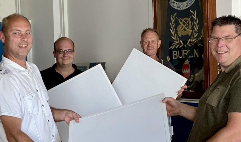 John Boelhouwer l. overhandigt de plafondverlichting aan de werkgroep André van Mourik, Johan van 't Hoog en Lody van Wiegen