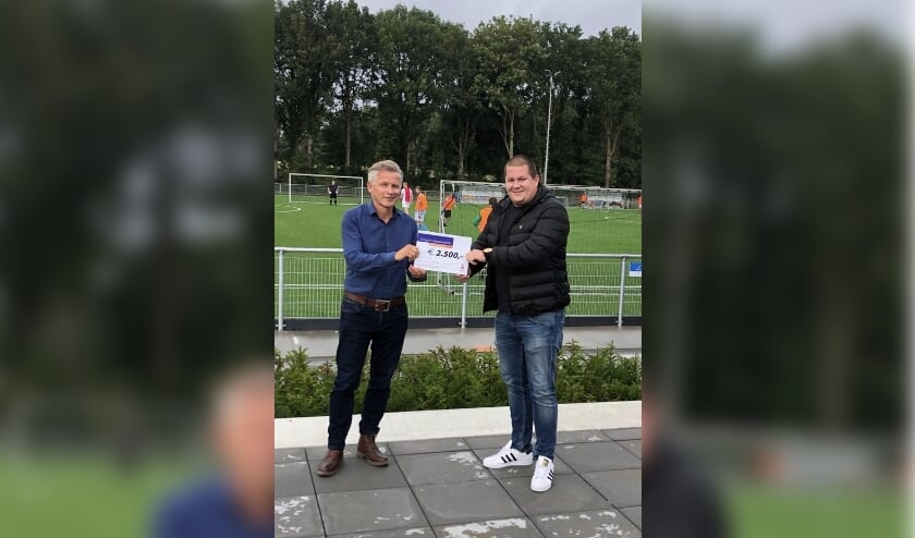 Op de foto: FC Bergh voorzitter Jos Marissink overhandigt de cheque aan Thijs Römer, initiator en kartrekker van dit project!  (Door de huidige omstandigheden kon daar helaas geen vertegenwoordiging van de Rabo bij aanwezig zijn.)
