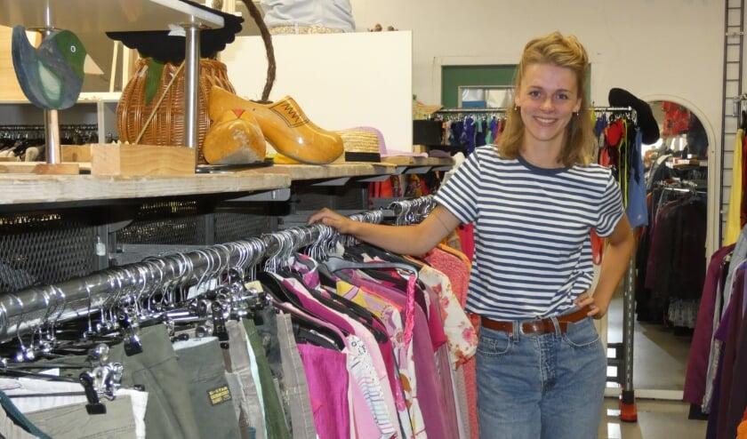 Jonneke op 'haar' kledingafdeling van de Kringloopwinkel.