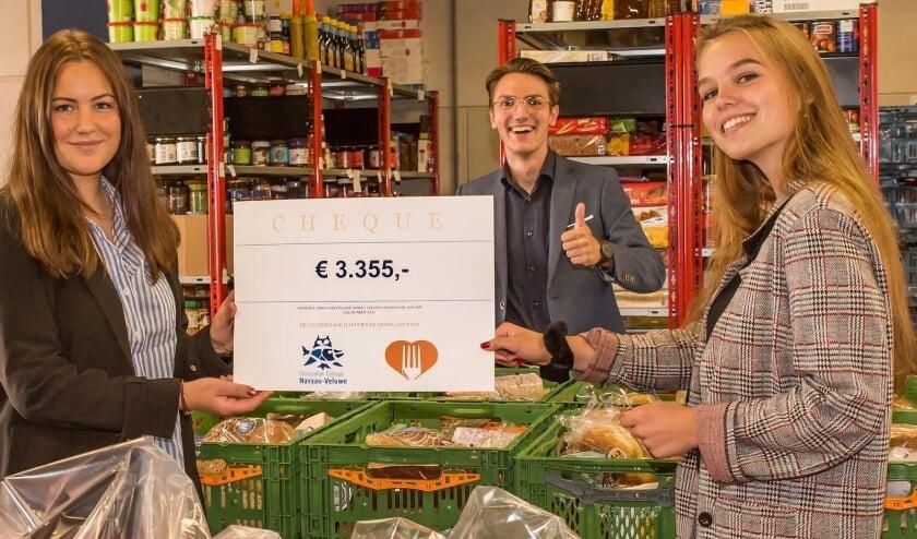 Examenleerlingen CCNV overhandigen cheque aan Voedselbank Harderwijk.
