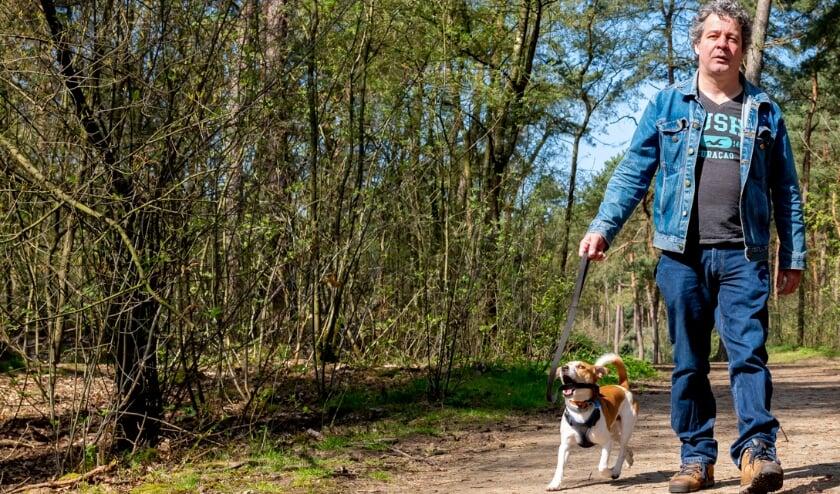 MS-patiënt Joost van Brunschot wandelt elke dag, vaak met een wandelmaatje.