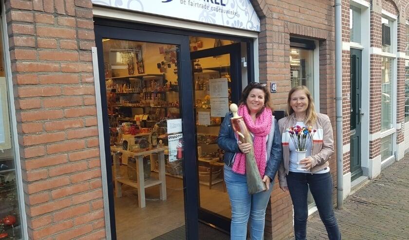 Tamara Filarski en Miranda de Jong stelden dezer maand namens de groep 'De Meiden van Woerden' een vrolijke tafel samen in de Wereldwinkel.