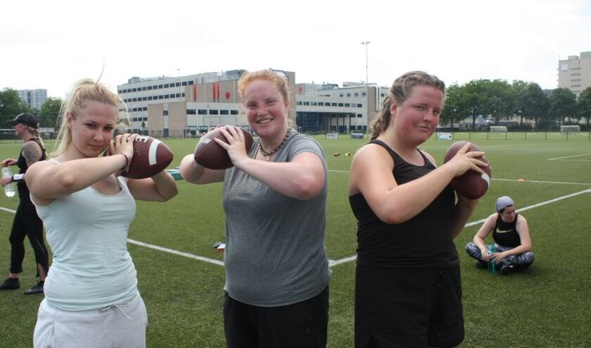 Voor Lynn Reintjes en Ellen Landman is de eerste kennismaking met American football goed bevallen. (Foto: Rob Weekers). Vervolg van het verhaal op pagina 3.