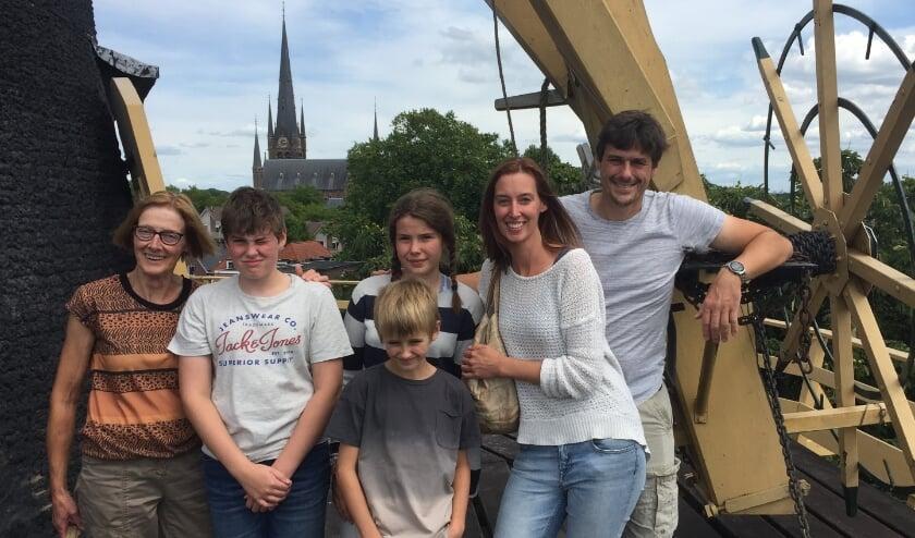 """Oma Donselaar met haar familie op de stelling van korenmolen """"de Windhond."""
