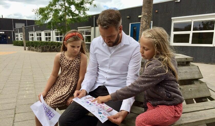 Sophie Petrenko zit naast architect Daniël Biesheuvel en Senne Aerts legt uit wat ze heeft getekend. (Foto: Gerry van der Lit)