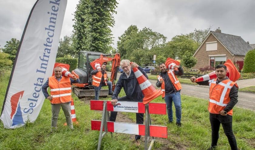 Wethouder Ben Brink, bestuurslid UBRivierenland, te midden van het team van Selecta Infratechniek, de uitvoerend aannemer. Foto: Raphaël Drent Fotoburo