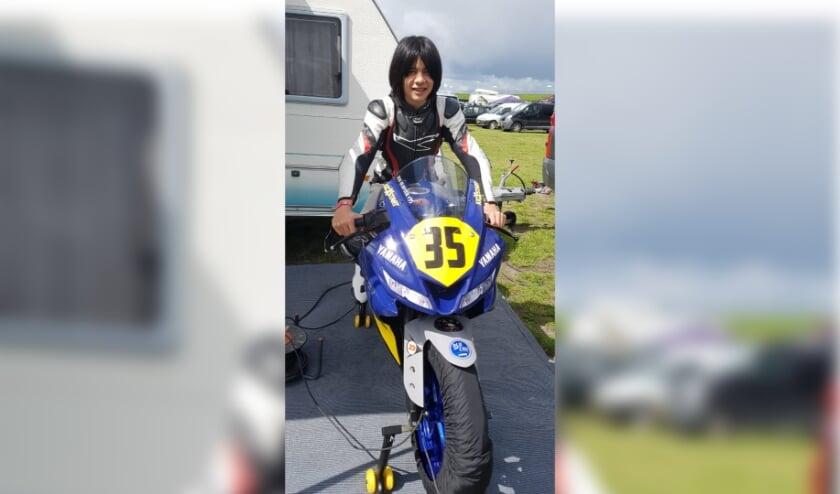 Rio Olofsen op zijn Yamaha motor, vlak voor de start in Veldhoven.