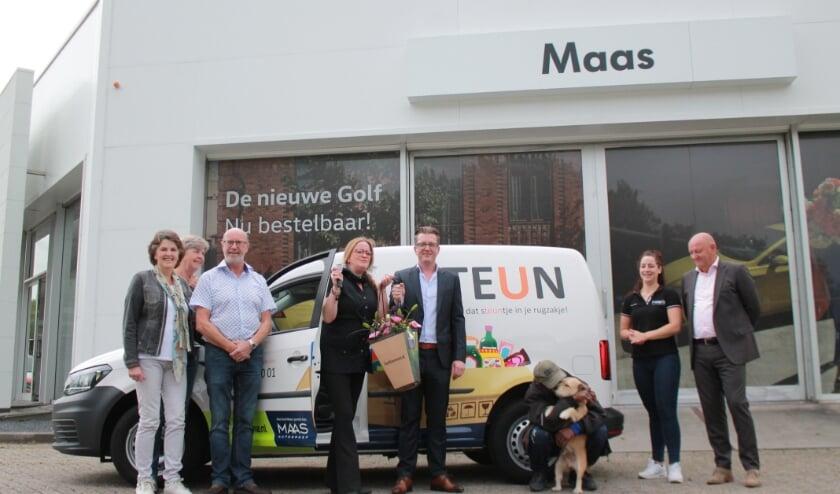 Sabine Doornekamp van stichting Teun is blij met de opvallende auto van Maas Autogroep.  Foto: Greenway Pix.