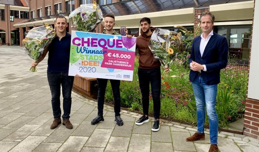 De bedenkers van een Calisthenics park kregen van wethouder Jeroen de Jong een cheque van 45.000 euro voor hun winnende stadsidee.