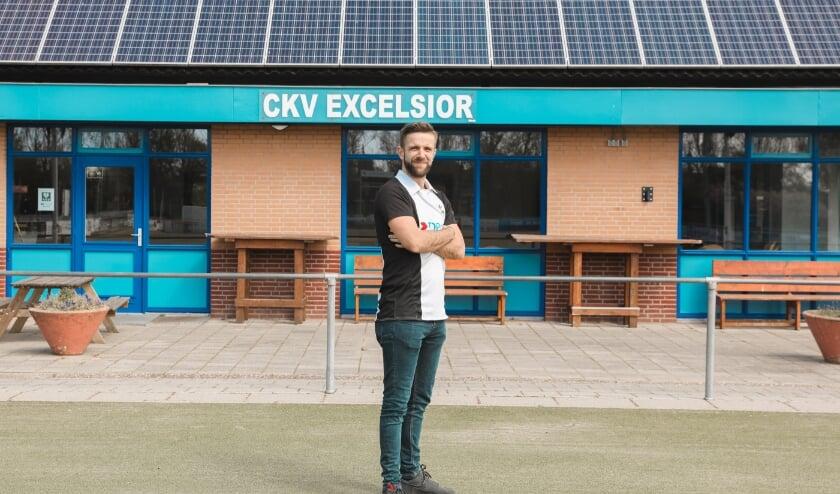 Jelmer Beijeman voor het clubhuis van CKV Excelsior. Foto: MARIEKE ZELISSE