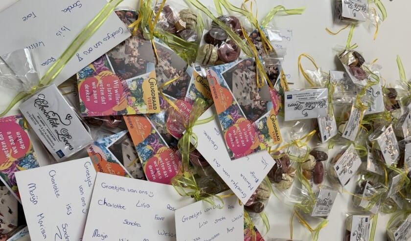 De Jeugdraad Veere heeft de afgelopen weken 250 verwenpakketjes met een kaart eraan verzorgd. FOTO: JEUGDRAAD VEERE
